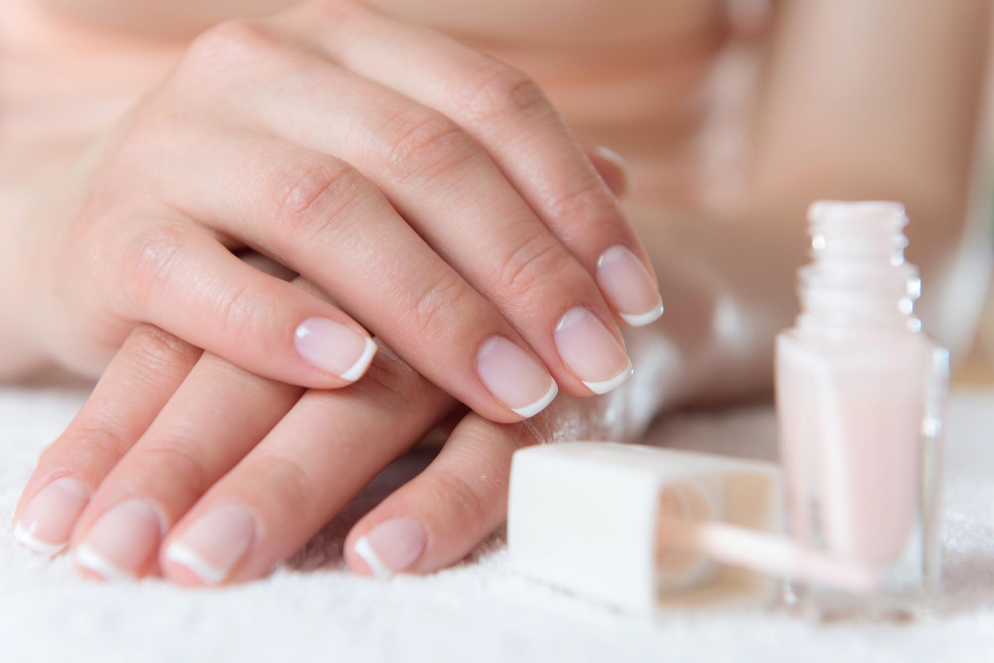 Beauty 1x1: French Nails - Schritt für Schritt erklärt | BRIGITTE.de
